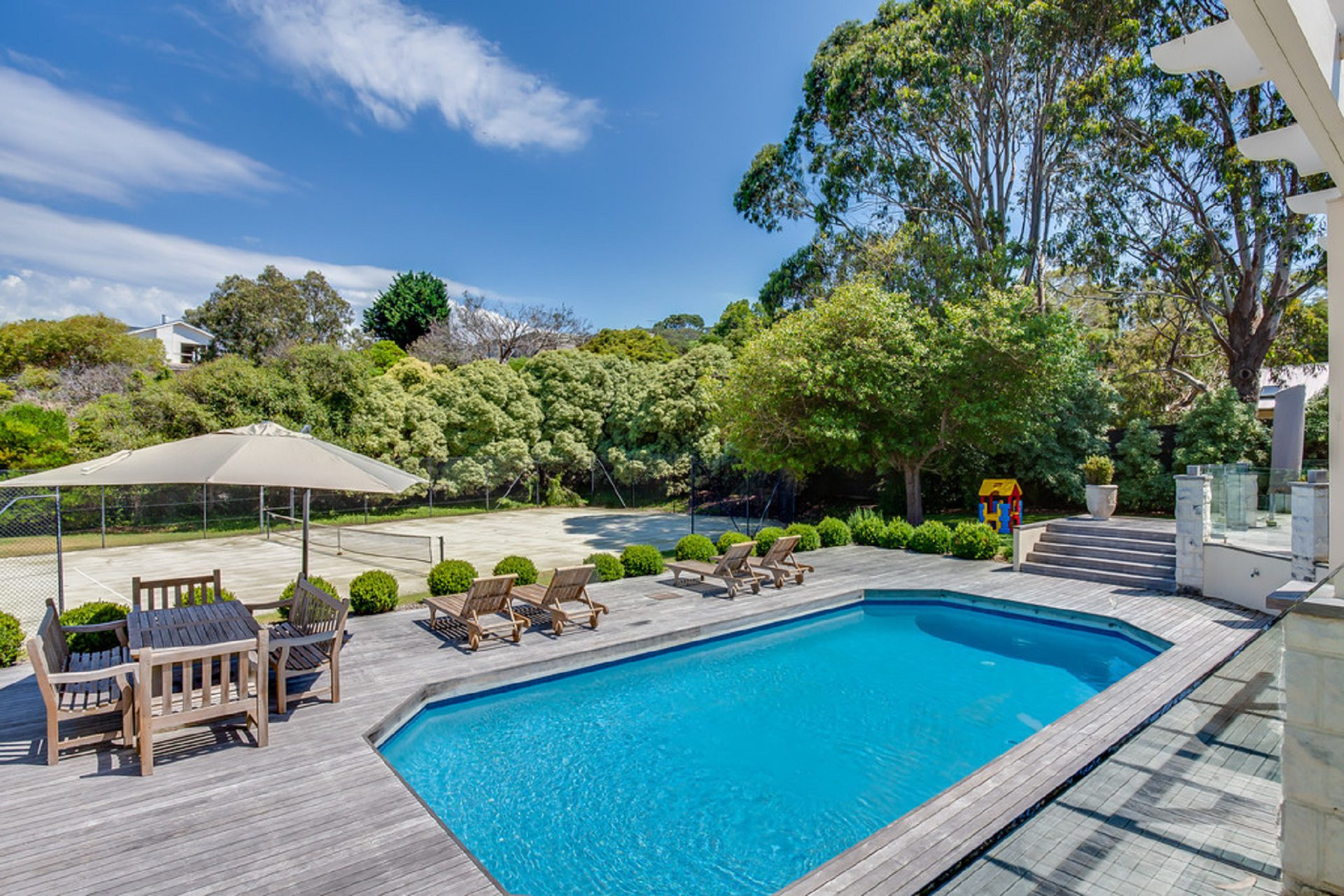 Hemston Lakehouse - Views, pool & tennis court